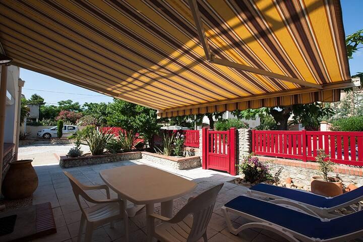 Apt Mimosas+pool, safe parking 4min walk to beach.