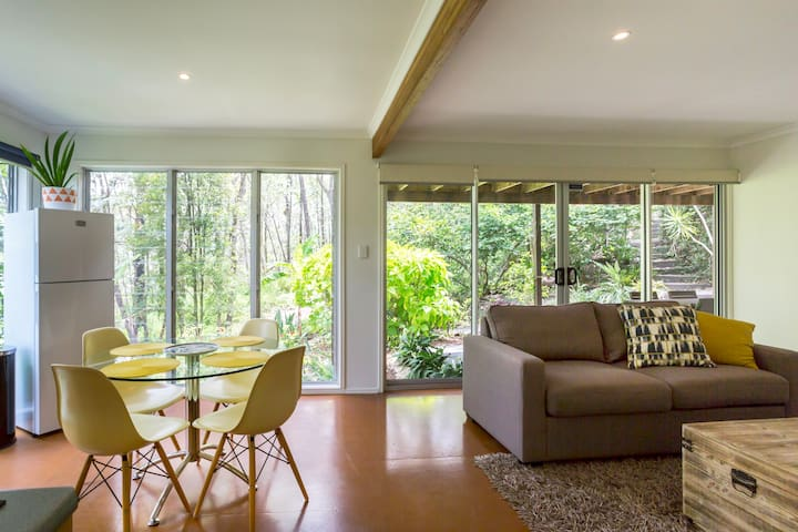 PRIVATE AND PEACEFUL OASIS IN BUSHLAND SETTING - Carina Heights - House