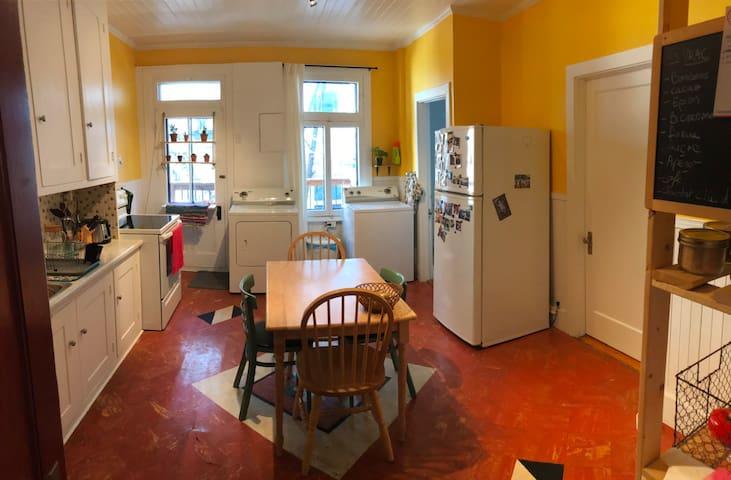 La cuisine, avec accès aux produits de bases (huile, farine, épices...)