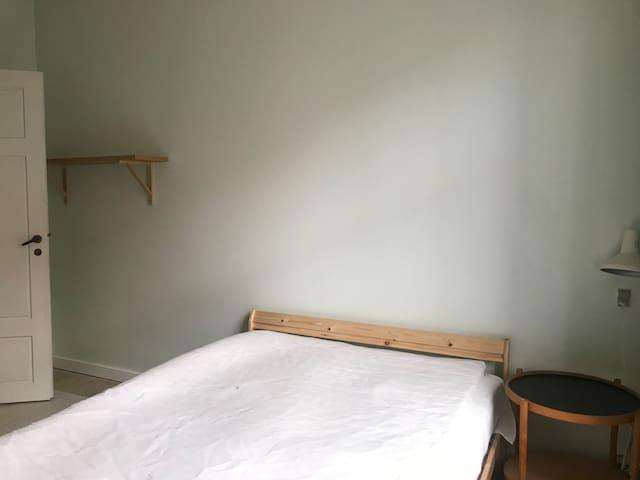Stort værelse udlejes på Vesterbro