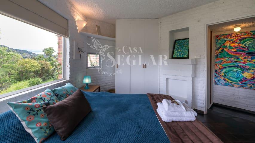 Dormitorio principal, hermosa vista a las montañas y jardines. Cama queen size.