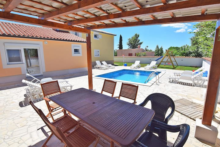 App Luna 4+1 pax, with shared pool and garden