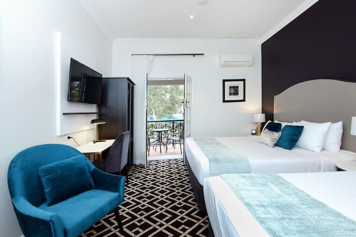 High Cross Park Lodge - King Room for 3