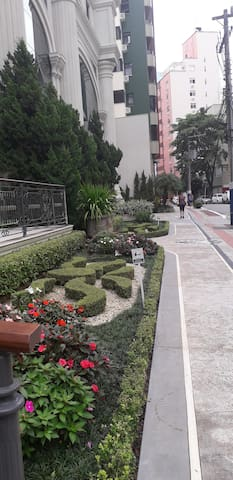 Edifício sub esquina com a Brasil e a rua 3606