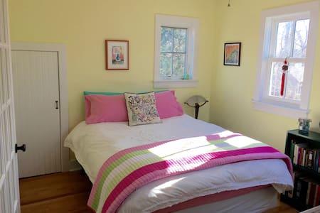 Sunny Hamptons Private Loft and Bedroom Sanctuary - Sag Harbor - Vendéglakosztály
