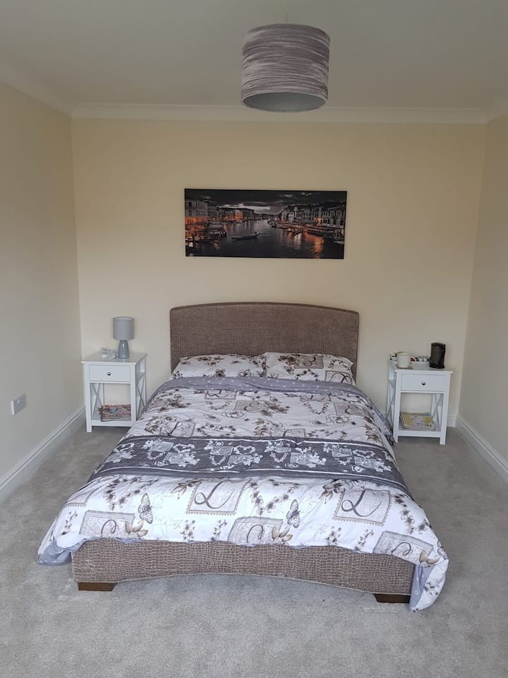 Double bedroom with gym and office access