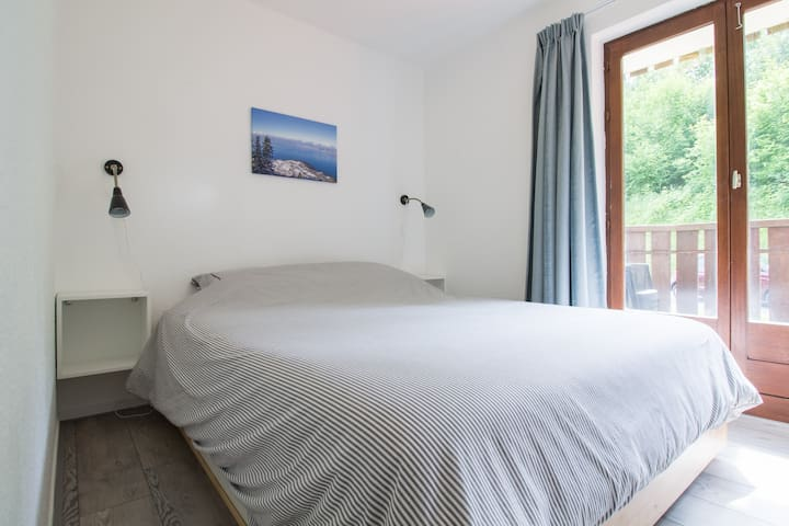 Chambre avec lit double et balcon