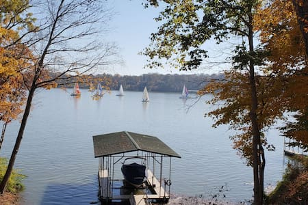 LAKEFRONT home with Hot Tub & Toys near Nashville