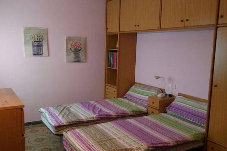 Habitación para hasta 3 huéspedes con decoración minimalista y ventana.
