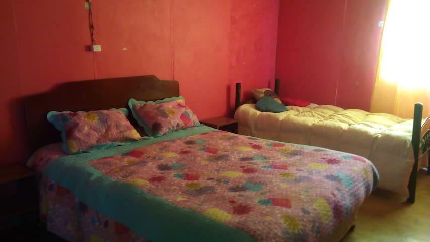 dormitorio con baño cama 2 plaza y 1 plaza