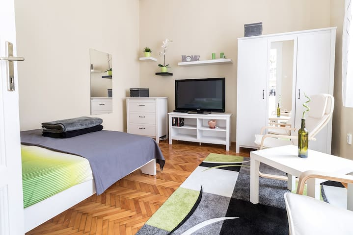 Your home in Budapest: cozy, central & silent