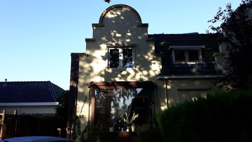 Mooie grote kamer in een twee onder één kap woning - Haren - Hus