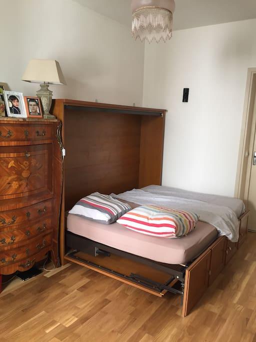 Chambre avec lit pliant