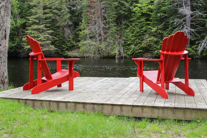 All Seasons Red Door Cottage on the Muskoka River