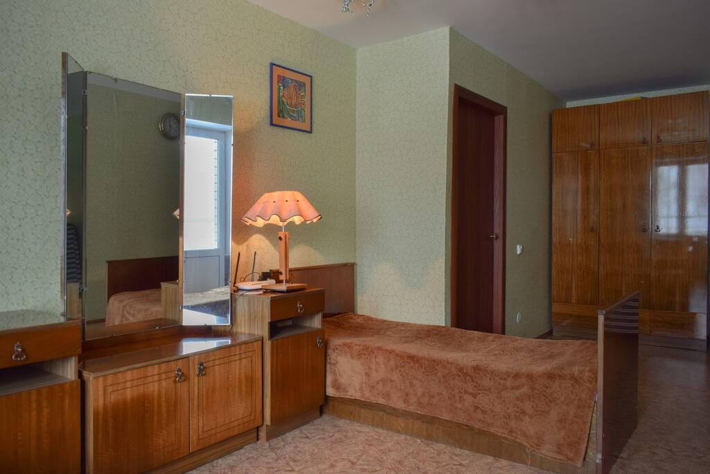 Можно поставить 2 дополнит кровати - удобные еврораскладушки с матрасами.