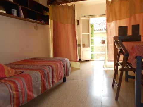 Chambre  isolée par un rideau