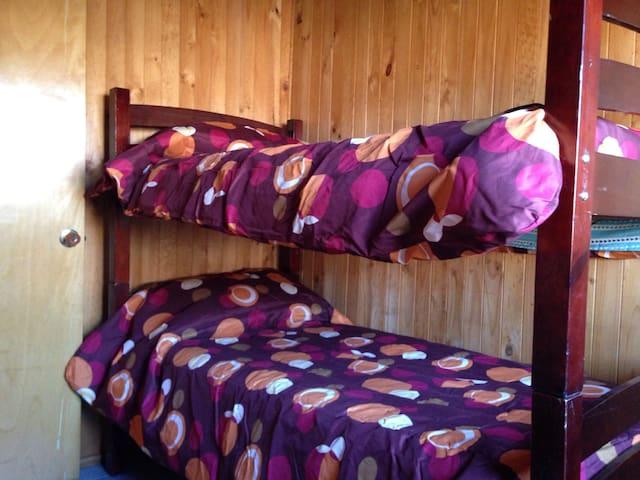 Dormitorio 2: con litera desmontable que puede usarse como litera o como 2 camas