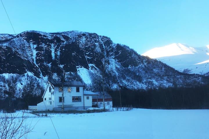 Huset Nordahl, tett på Lyngsalpene - Kvalvik - Hus