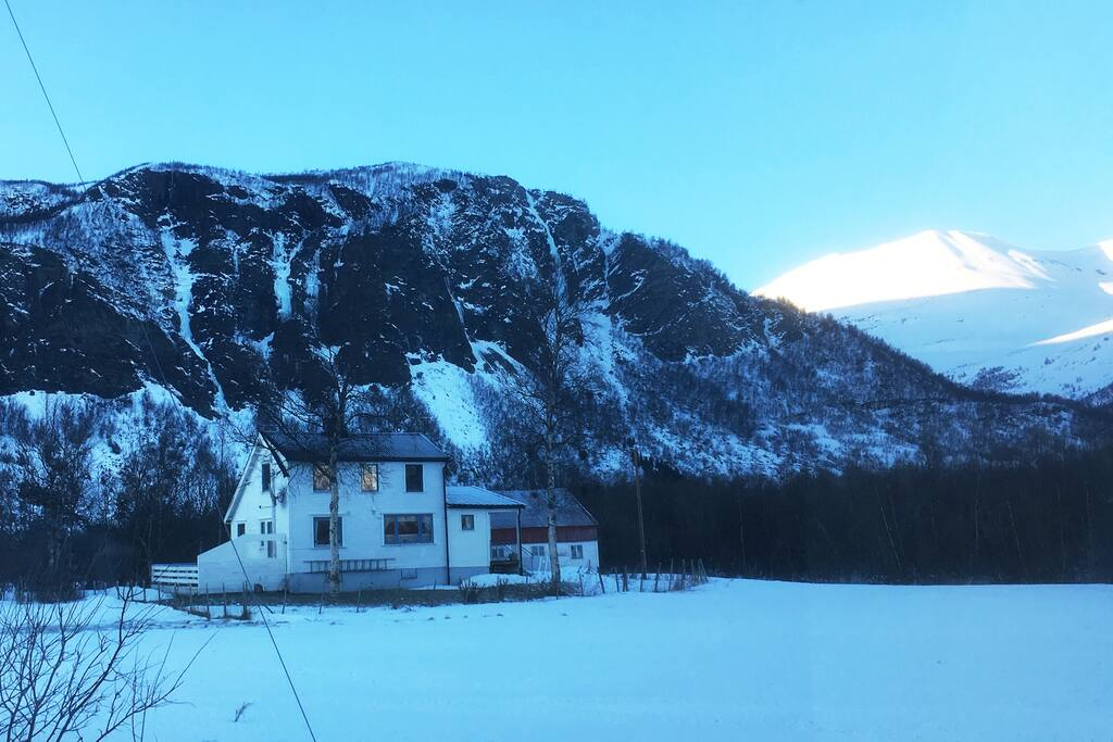 The house Nordahl is lokated IN Kvalvik , close to Lyngsalpene. The mountain Goalsevarre in the background.