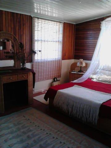 Habitacion grande en casa de campo - zarcero