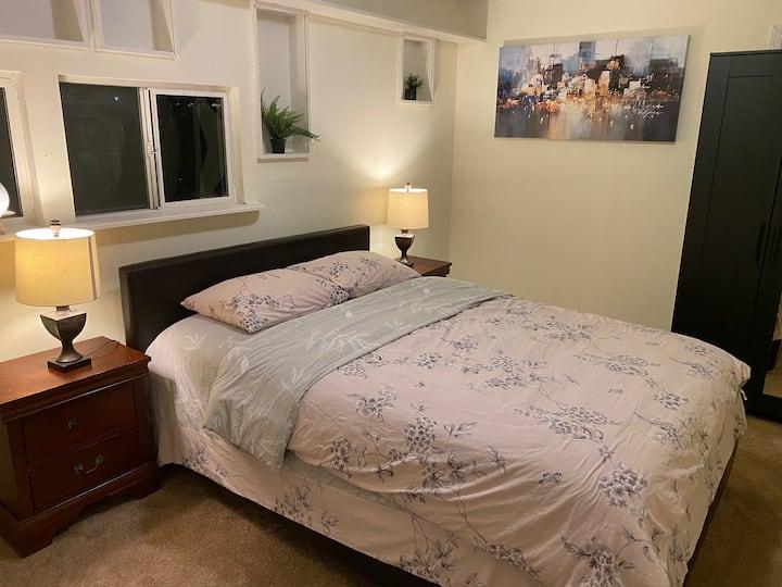 温馨标准双人床的雅房(共享卫生间)