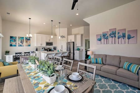 NEW *Modern Home w/HotTub & Pool* FREE Park Passes