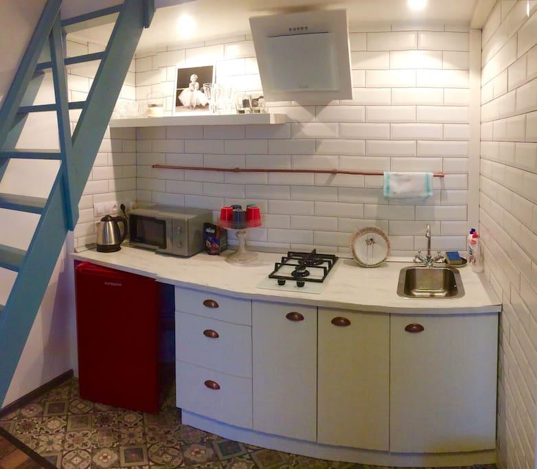 Кухня укомплектована посудой, микроволновкой, чайником , есть бокалы для вина