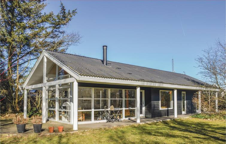 Holiday cottage with 4 bedrooms on 95m² in Strandby
