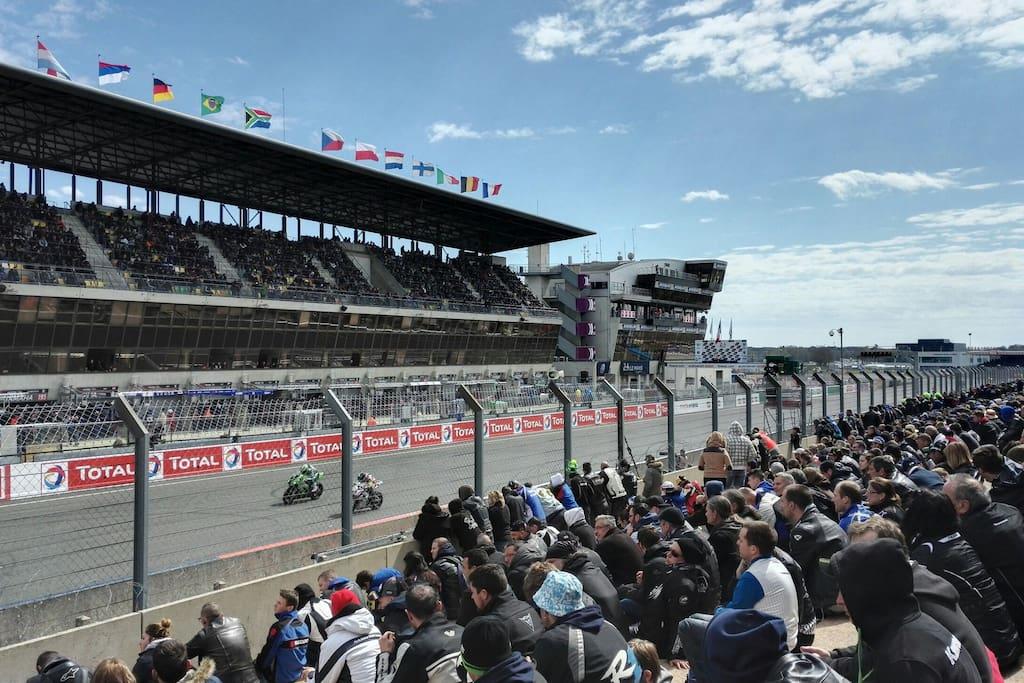Ligne droite des stands -  Circuit des 24H du Mans