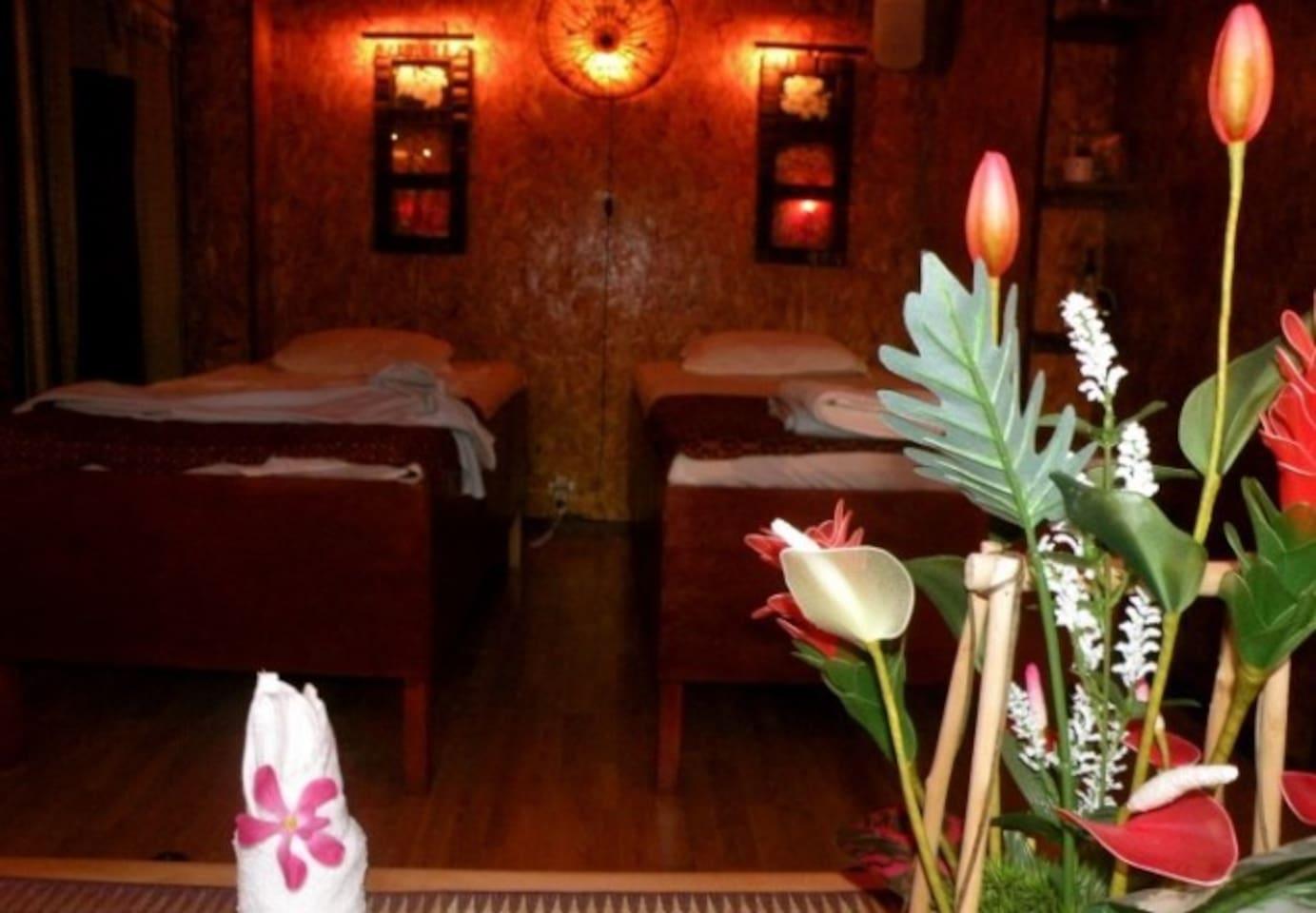 MASSAGE 5 min bort på Magnus Ladulåsgata 51 ligger ett av Stockholms främsta Thaimassage ställen. För endast 400 kr en timme oljemassage från topp till tå. Det finns möjlighet att boka ett dubbelrum med bästa kompisen eller din partner. KungsThaimassage 08-642 36 36