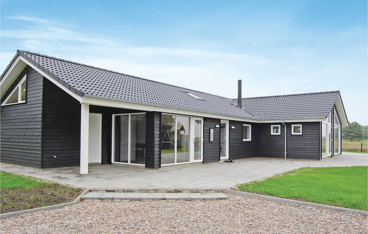 Holiday cottage with 5 bedrooms on 192 m²