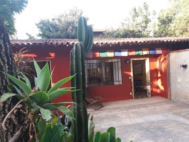Chalé Balinês(Casa completa com jardim) em Macacos