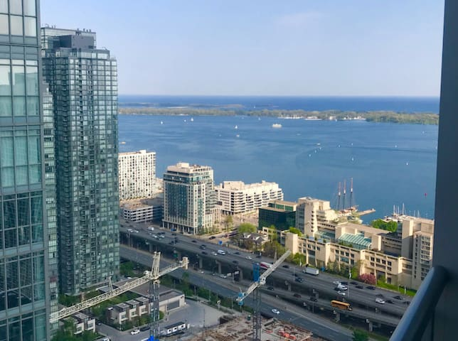 Lake view Condo near CN Tower with free parking