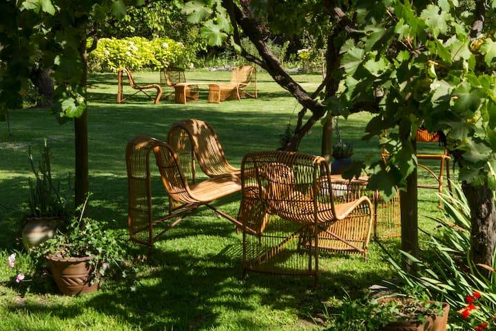 Stunning Designer Loft! Garden, Wineries 25 mi SCL