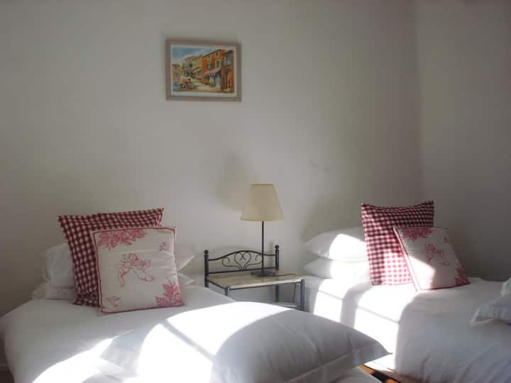 Charming Cottage, Pool, Stroll to Restaurant, Bars