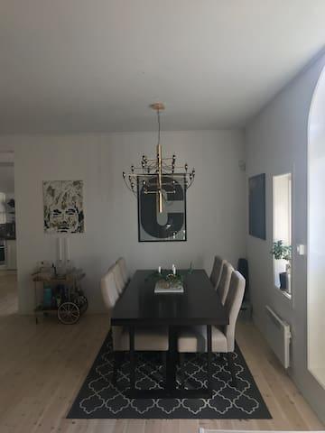 Matsalsbord för sex personer.