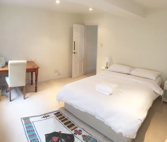 Large double bedroom in Kensington - London - Rumah