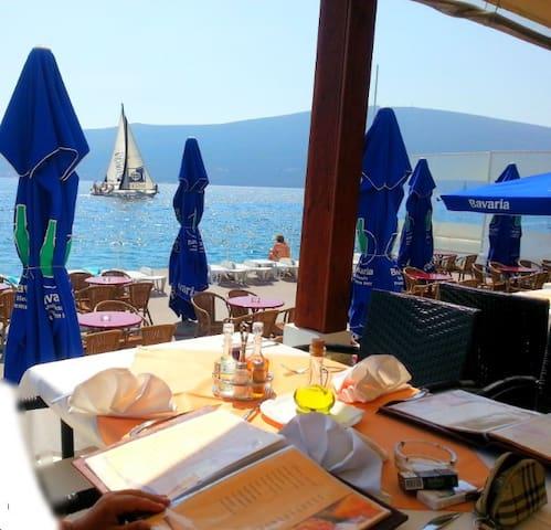 Самобытный домик у моря - Baošići - Casa