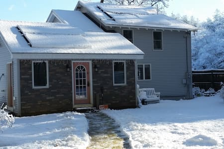 Charming Waterfront Cottage on Quiet Pond - Windham - Hus