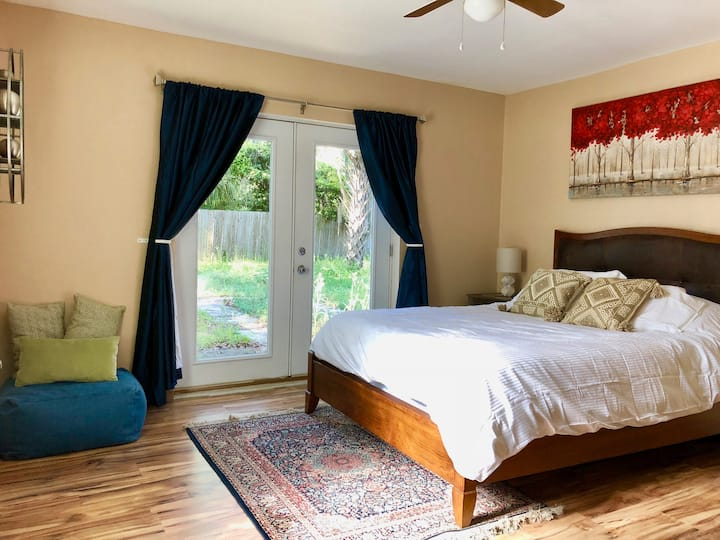 Sunlit Room + Great Location & Private Queen Bed❣️