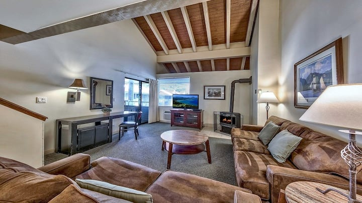 Spacious + Deluxe Townhome on the Lake   Free Shuttles!