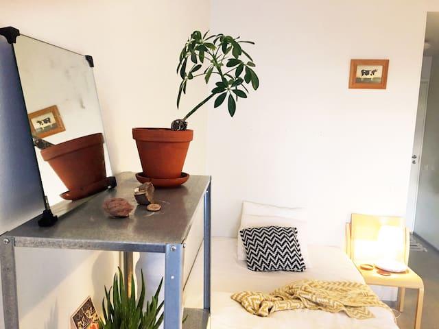 Comfortable, cozy studio with sunny balcony - Espoo - Lägenhet