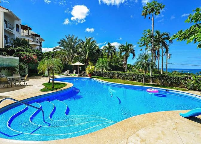 Ocean-view vacation villa for 6 centrally located in Tamarindo!