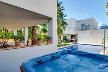 Villa Colonia · Expansive villa w/ pool and tub - Casa