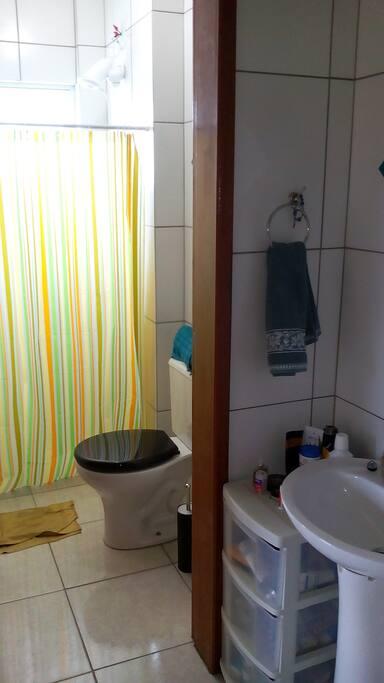 Banheiro e lavabo, sendo o lavabo externo.