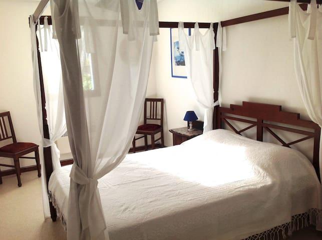 1ère chambre avec un lit double à baldaquin en 140cm et un grand placard !