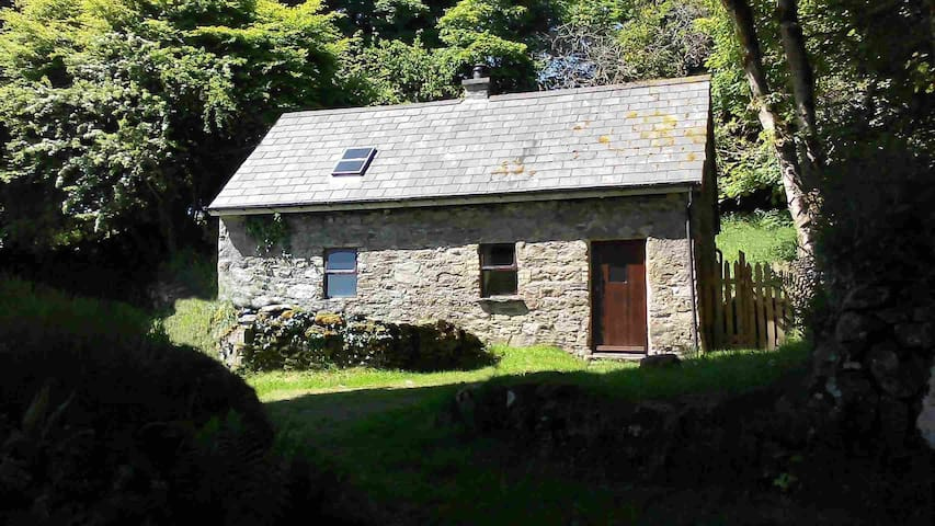 Cosy Laurel Cottage, Secluded stone cottage