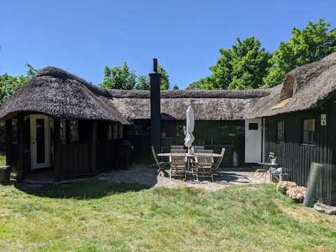 Simple living - thatched cottage close to beach