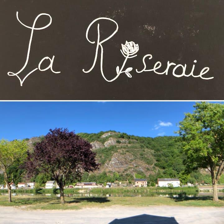 La Roseraie, gîte bord de Meuse au calme