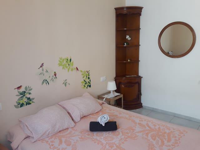 Bed room with a size bed 150 cm/ Dormitorio con cama doble y mueble rinconera.
